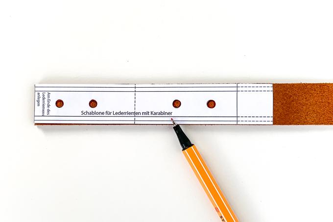 Markierung für Buchschrauben auf den Lederriemen zeichnen