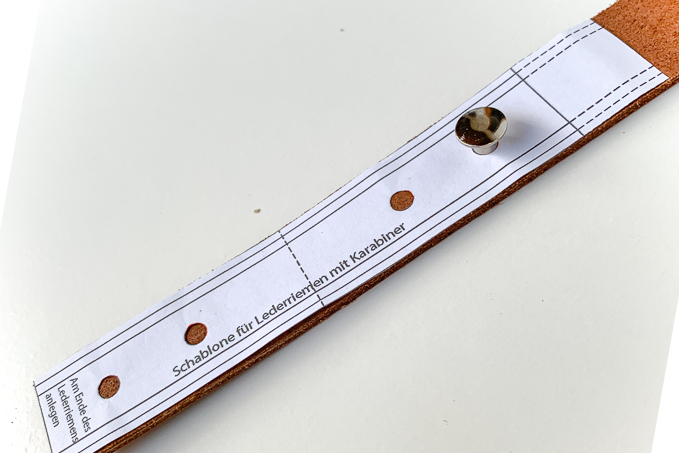Abstand der Buchschrauben auf Ledergurt markieren
